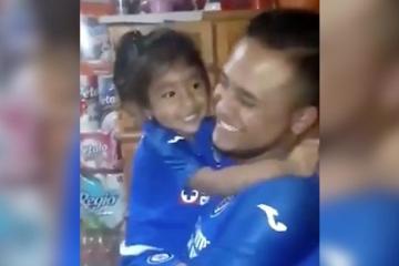 Regalan playera del Cruz Azul a niña y estalla de felicidad