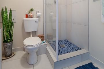 Tijuanenses crean regadera y WC que ahorra agua y carga celulares