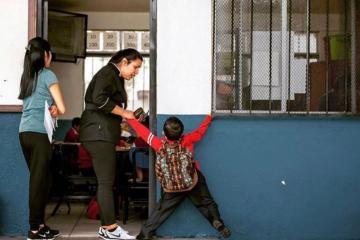 Niño de Tijuana se hace viral por no querer entrar a la escuela