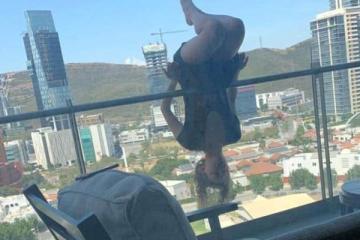 Cae 25 metros por practicar yoga extremo en su departamento