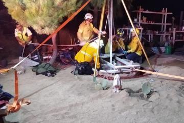 Rescatan a dos personas que cayeron en un pozo