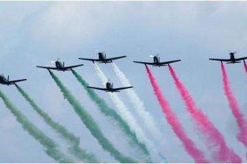 Por primera vez dos mujeres pilotearán aviones en desfile por la...