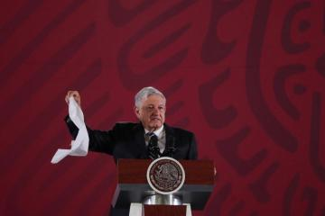 Que ya no se tolera la corrupción dice AMLO con un pañuelo blanco