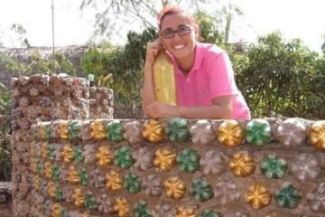 Mujer construye casas con botellas de plástico