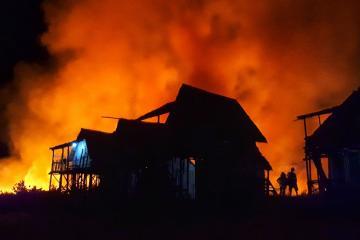 25 casas consumidas por fuerte incendio en Los Ángeles por vientos...