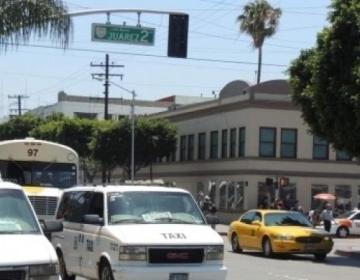 Multan a 10 taxistas en Tijuana por llevar exceso de pasaje