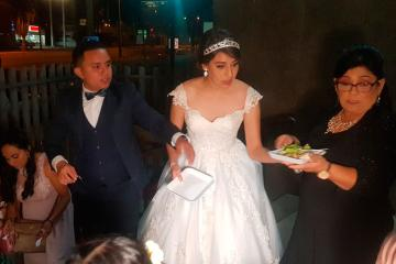 Pareja celebra su boda regalando comida en hospital