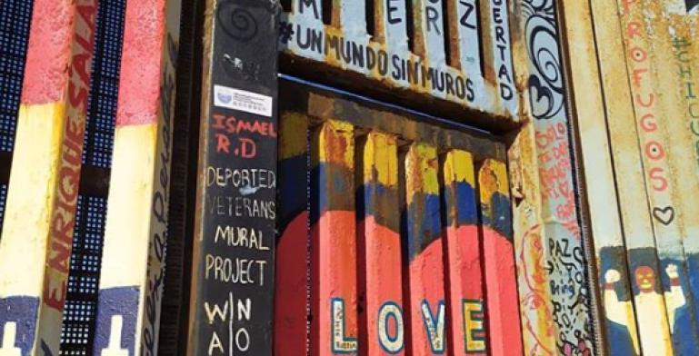 Actrices estadounidenses pintaron con amor el muro fronterizo de...