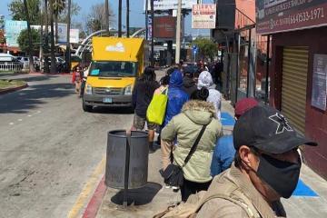 A pesar de restricciones, reportan larga fila en cruce peatonal por...