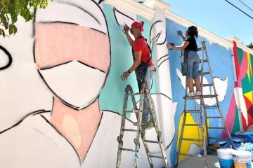Pintan mural en honor al personal médico que lucha contra el...