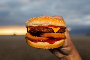 Carl's Jr en San Diego lanza su promoción anual de hamburguesas...