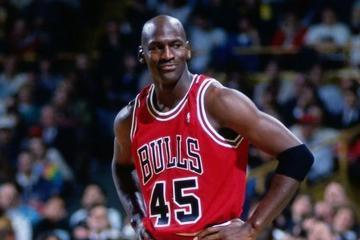 Hombre paga una fortuna por boleto de partido donde debutó Michael...
