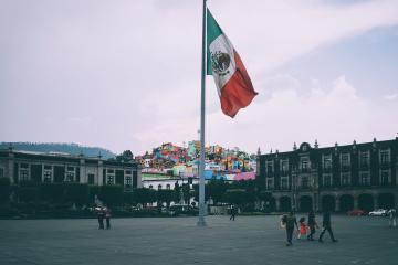 México reporta por primera vez más de mil muertes en un día por...