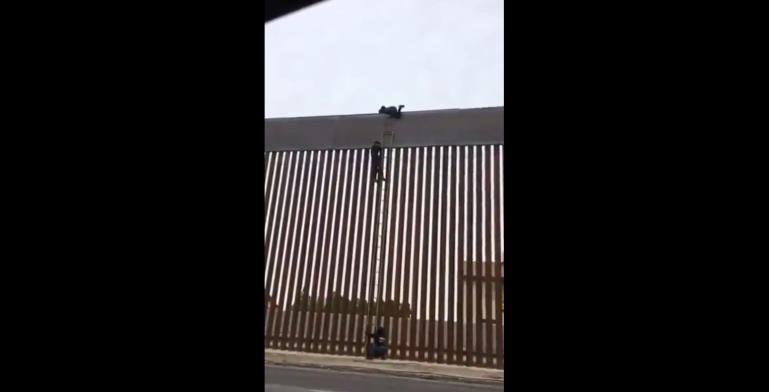 Migrantes cruzan el muro de Trump en cuestión de segundos