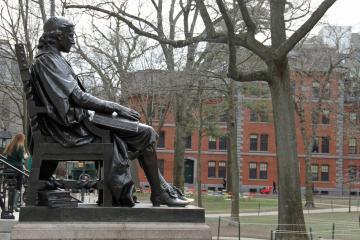 Universidad de Harvard demanda al gobierno de Trump por la norma...