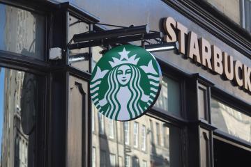 Starbucks vuelve obligatorio el uso de mascarillas en sus tiendas...