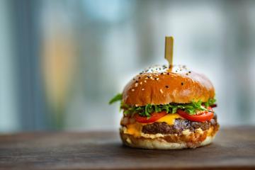 Actriz de Televisa se dedica a vender hamburguesas