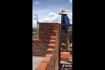 Albañiles olvidan ponerle puerta a una construcción