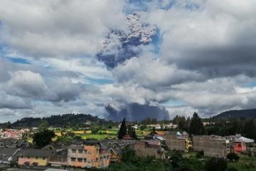 Hace erupción volcán Sinabung en Indonesia