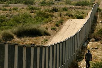 Trump aumenta seguridad del muro fronterizo con alambre de púas