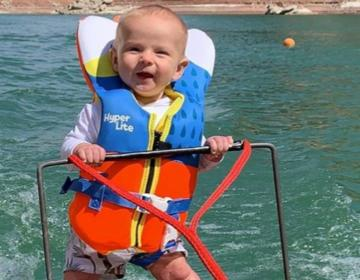 Bebé de 6 meses se convierte en el esquiador acuático más joven...