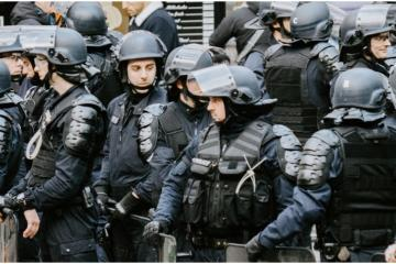 En Italia se manifiestan contra restricciones debidas al aumento de...