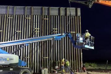 Celebran construcción de casi 400 millas del Nuevo Sistema de Muro...