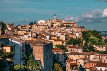 Este pueblo de Italia vende casas a menos de 20 pesos