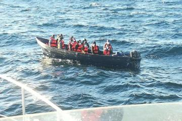 13 people are rescued off the coast of Baja California by Semar