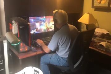 Padre sexagenario se vuelve viral por jugar Overwatch así