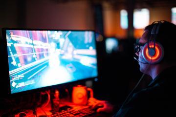 Su computadora gamer falla y amigo le regala otra para seguir jugando