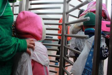 Gobierno de Biden intenta agilizar la liberación de menores migrantes