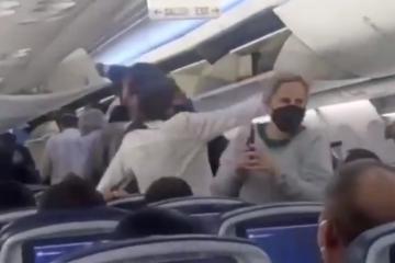 Recibe AMLO insultos en vuelo comercial