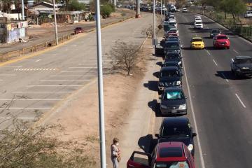 Automovilistas hacen larga fila para recibir vacuna anti-covid en...