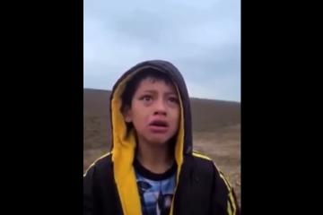 (VIDEO) Agente fronterizo encuentra a niño inmigrante abandonado...