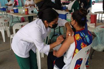 Se brincan fila y acuden a vacunación de maestros en Baja California