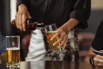 Tomar cerveza podría reducir la eficacia de la vacuna contra covid-19