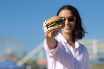Carls Jr. vende hamburguesas a 1 peso este viernes