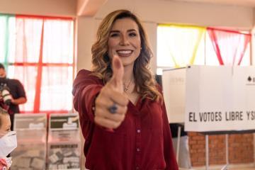 Candidata Marina del Pilar sale a votar en Mexicali