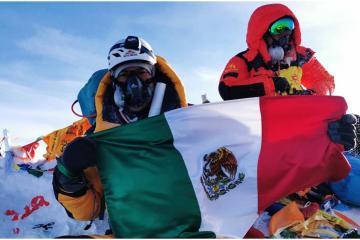 Mexicano sube a lo más alto del Monte Everest