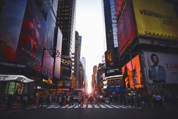 Nueva York se une a California y levanta restricciones por COVID-19