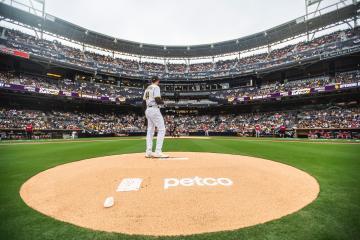 Padres de San Diego regresan al Petco Park con estadio lleno