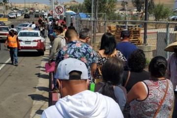 Fila de vacunación en el IMOS llega hasta Plaza Sendero
