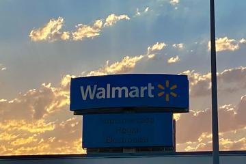 Adultos mayores protestan contra Walmart por no regresarlos como...