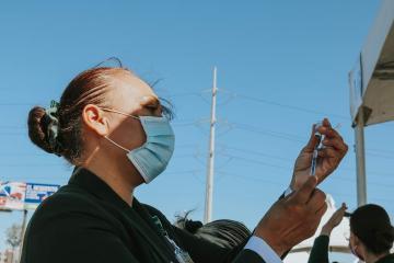 Cancelan vacunación contra Covid-19 a jóvenes de 17 en Baja...