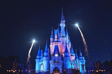 """Parque de Disney elimina frase """"damas y caballeros"""" en show de..."""