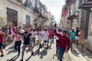 Estallan protestas masivas en Cuba contra la dictadura
