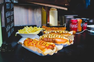 Celebra el Día Nacional del Hot Dog con descuentos en San Diego
