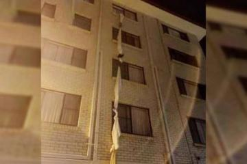 Hombre escapa de cuarentena en hotel haciendo una cuerda con sábanas