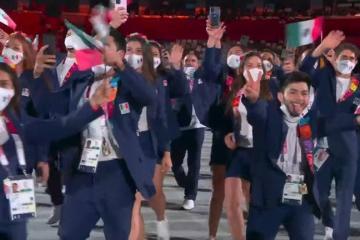 Atleta mexicano causa polémica al quitarse cubrebocas en ceremonia...